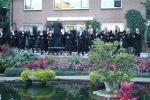 Openluchtconcert 2008 tuin Koorlid A. Bouw